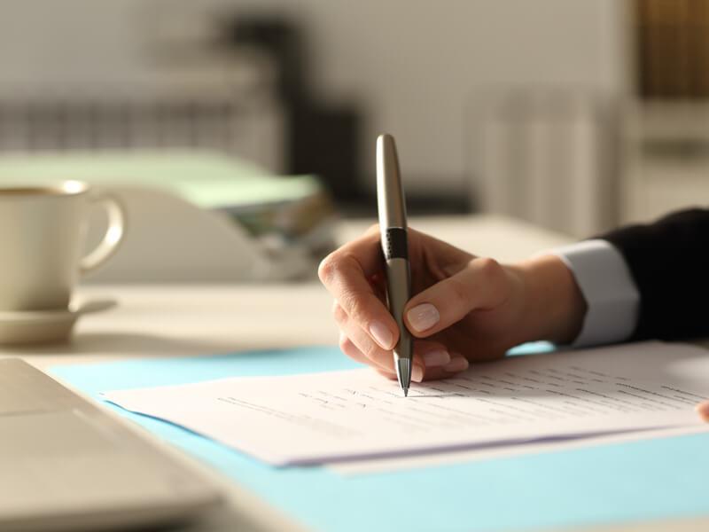 Patientenverfügung ändern: Frau schreibt ihre neuen Wünsche in ihre Patientenverfügung.
