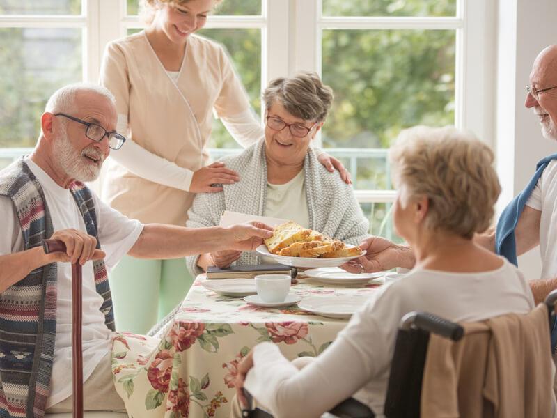 Senioren beim Frühstück im Heim